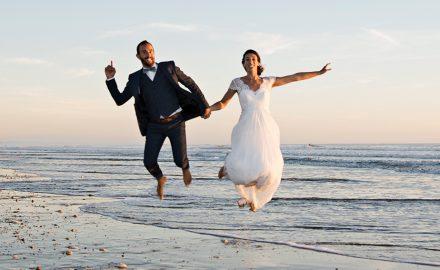 photo de mariés sur une plage d'oléron